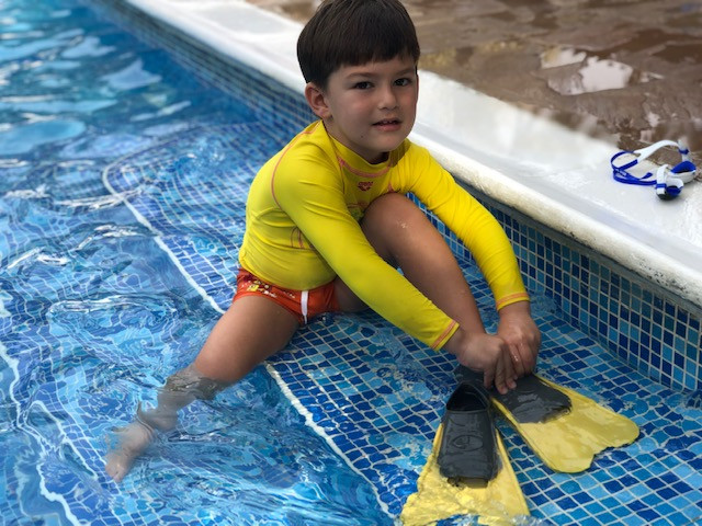 Swimming and swimming fins: When should children start using the swimming fins?