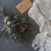 ユーカリやバラ等の生花で手作りしたクリスマスのスワッグブーケ