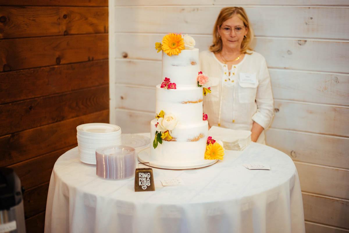 Rustic cake wildflowers