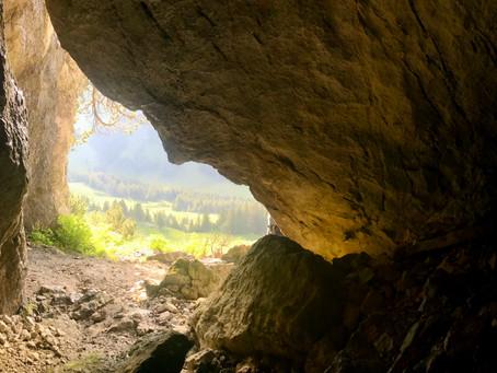 Höhle erkunden: Klettern, kriechen, staunen