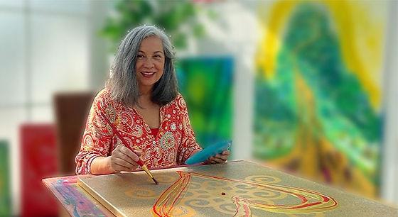 Huna Oase: Ines Denk malt in ihrem Atelier