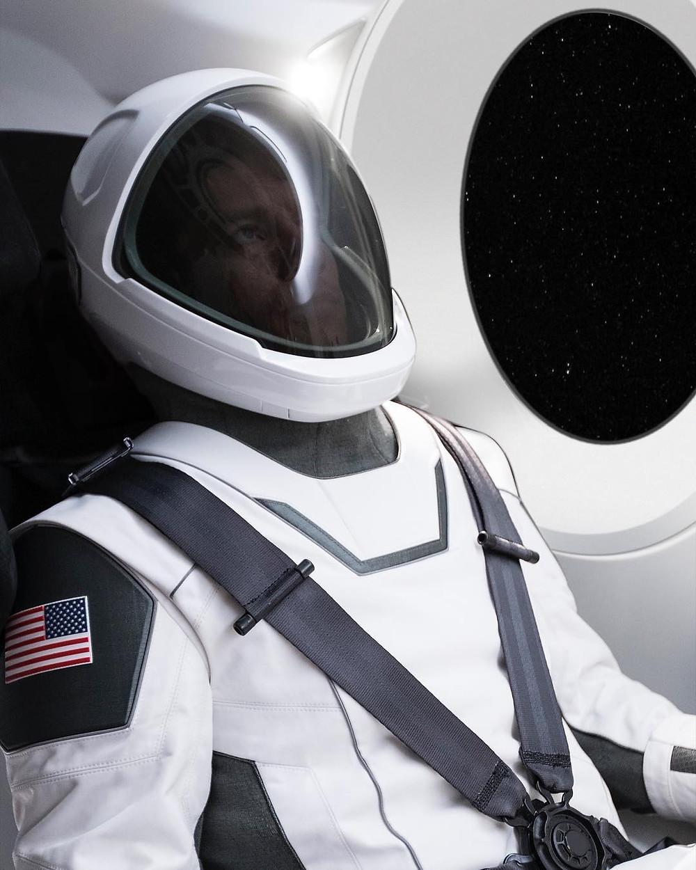 SpaceX представил миру минималистичный черно-белый костюм космонавта