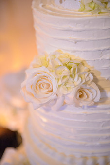 "<img src=""weddingcake"" alt=""buttercream wedding cake, classic wedding cake, white wedding cake, fresh flowers weddding cake"">"