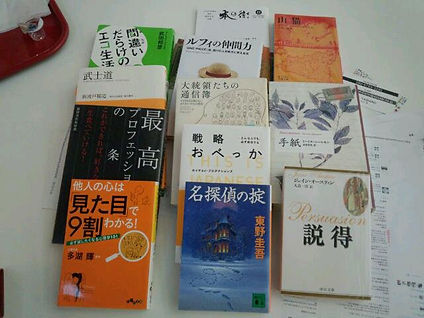 東京・六本木にある美術館カフェにて、紹介型読書会
