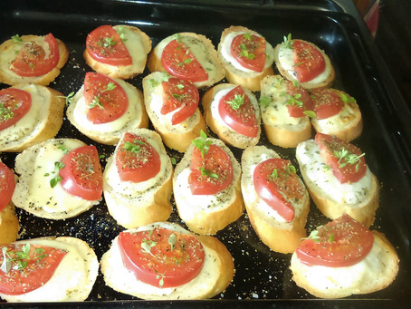 Bruschetta z mozarellą i pomidorami