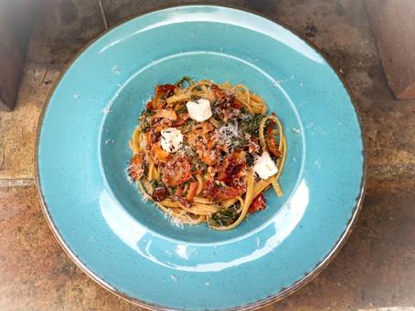 Spaghetti z kurkami, suszonymi pomidorami, szpinakiem i oliwkami