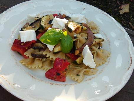 Sałatka makaronowa z grillowanymi warzywami, oliwą bazyliową i kozim serem lub fetą