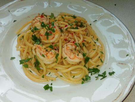 Spaghetti z krewetkami i chili w sosie winno-maślanym