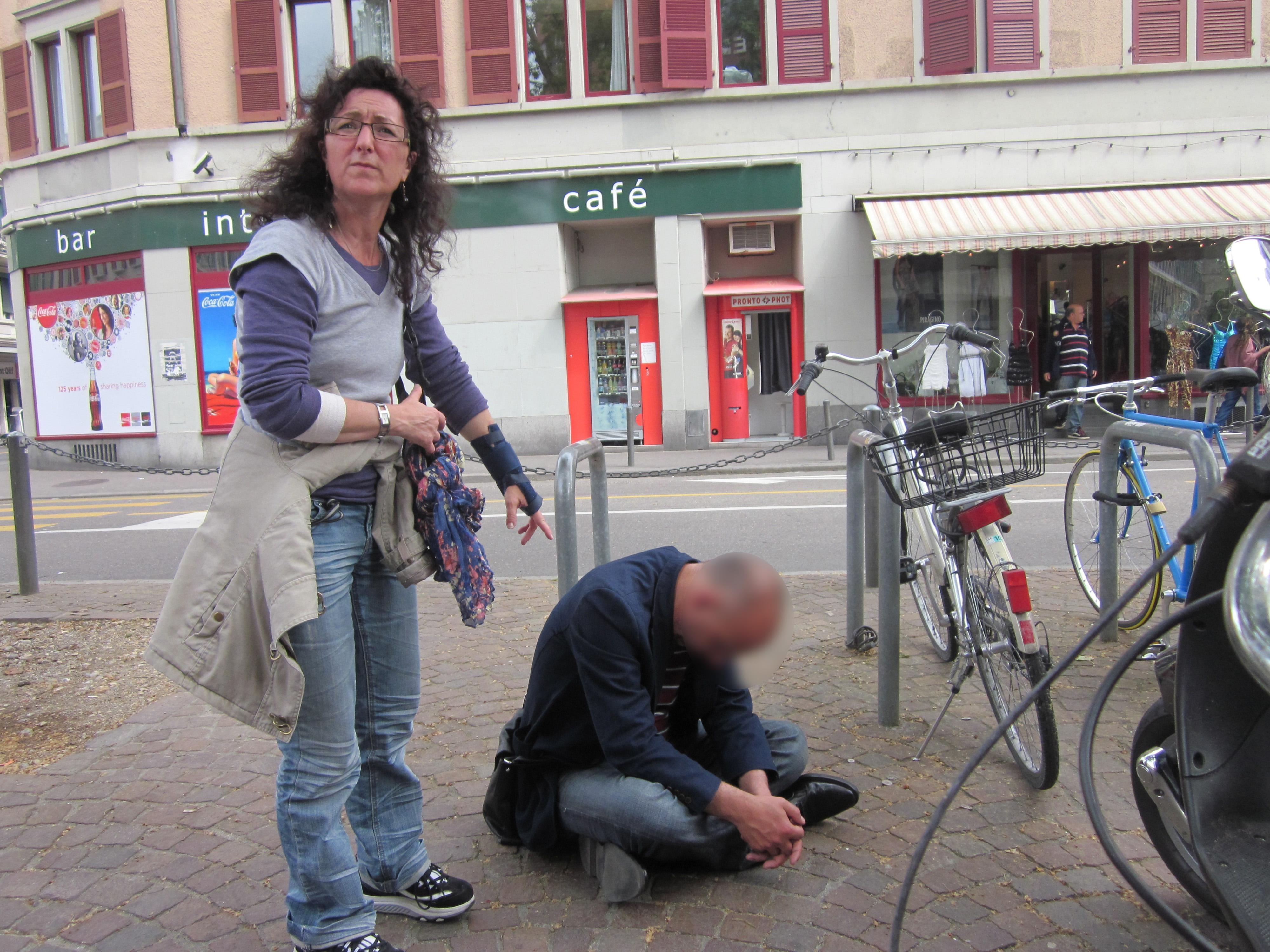 Angela und jemand auf Boden Kopie.jpg