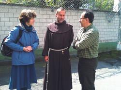 Gespräch_Br._Leonhard_mit_Hanna_und_Emmanuel.JPG