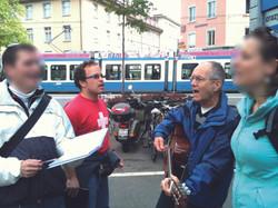 Singen auf der Strasse.JPG