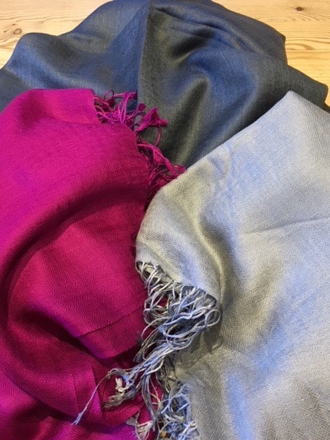 Plain stole in silk and wool.