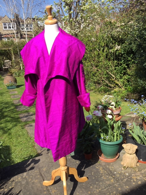 Swing coat with large lapels in raw silk.