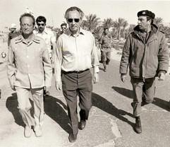יגאל אלון ושמעון פרס מבקרים אצלי בחטיבה