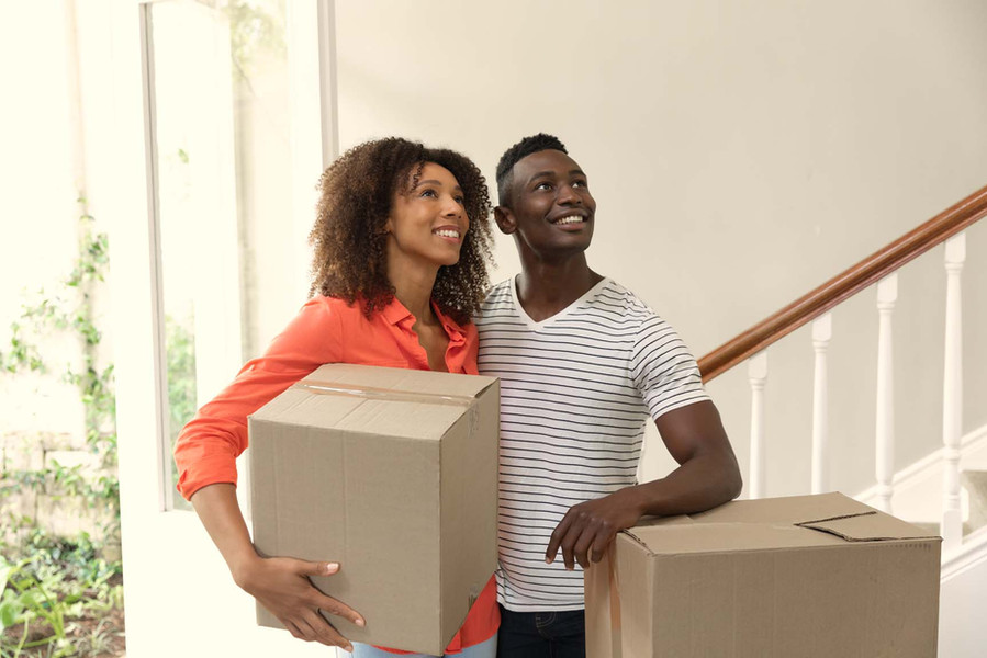 couple-moving-in-to-a-new-home-MCEUQFB.j