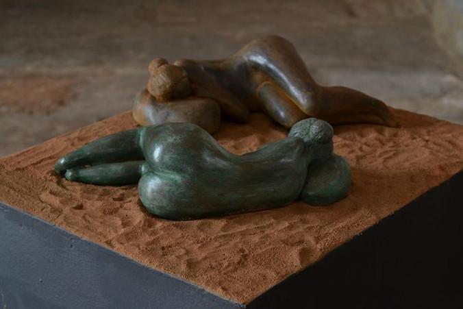 _Mulher dormindo__Esculturas em argila fundidas em pó de fero e pó de bronze.jpg