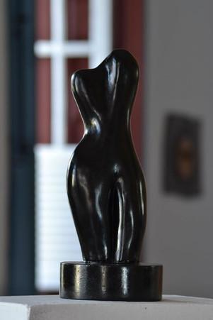 _Torso__Escultura em argila fundida em pó de bronze com pigmento preto.jpg