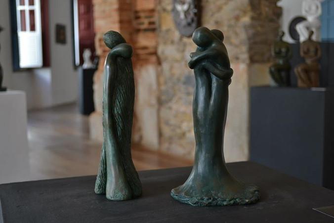 _Entrega_ e _O Abraço__Esculturas em argila fundidas em pó de bronze.jpg