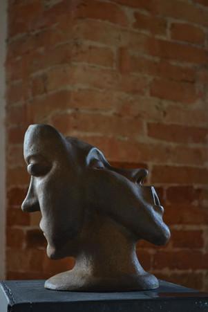 _Duas caras__Escultura em argila fundida em pó de pó de ferro.jpg