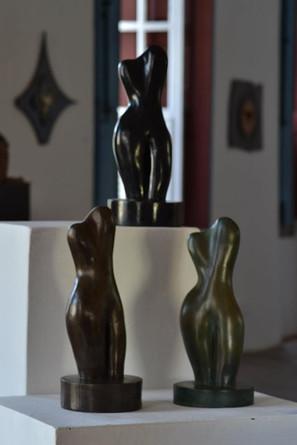 _Torso__Esculturas em argila fundidas em pó de bronze, pó de bronze com pigmento preto e pó de bronze com pigmento marrom.jpg