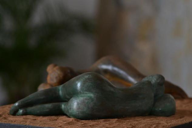 _Mulher dormindo__Esculturas em argila fundidas em pó de ferro e pó de bronze.jpg