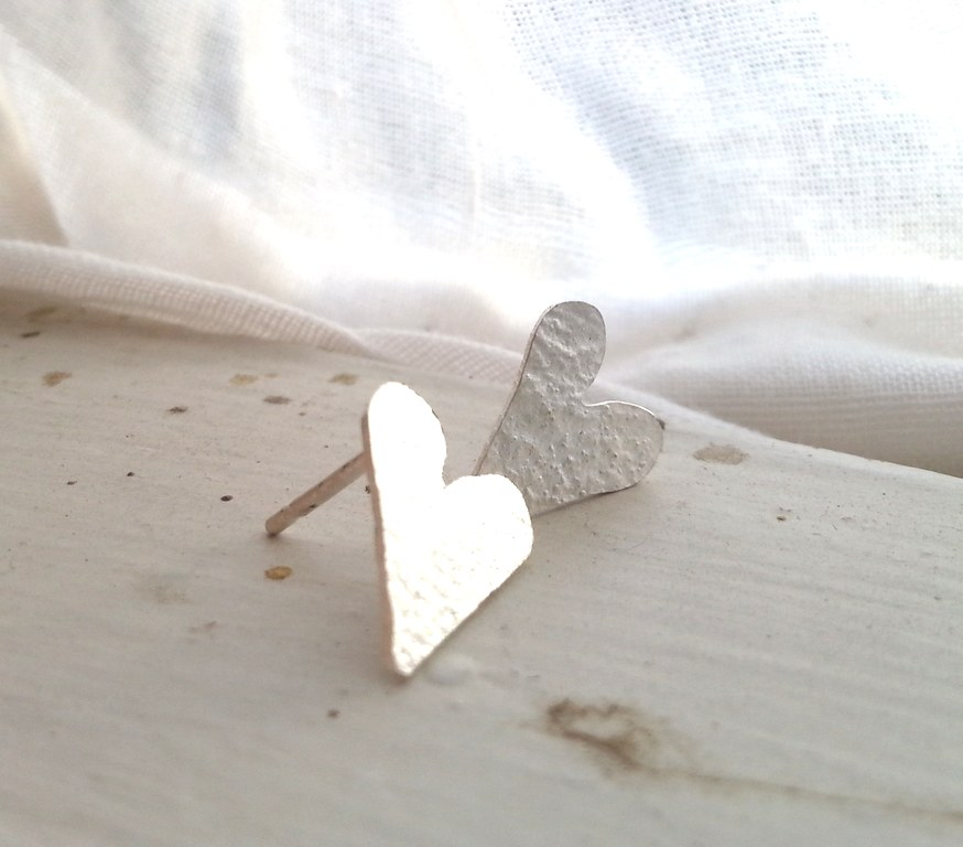 reticulated small heart post earrings 1