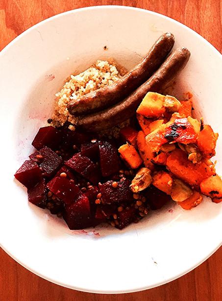 Winterse lunchsalade met pompoen, rode biet, linzen en chipolata