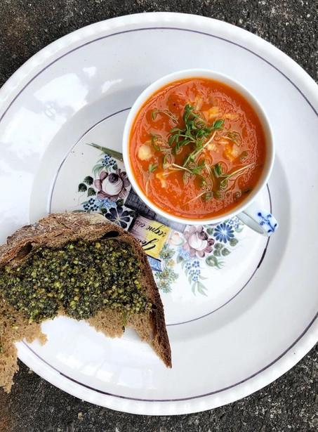 Pittige paprika soep met pistache pesto- vegan
