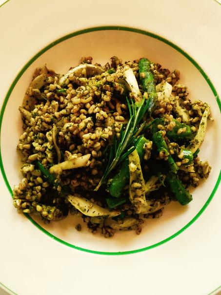 Bulgur salade met groene asperges, venkel en kruidenpasta