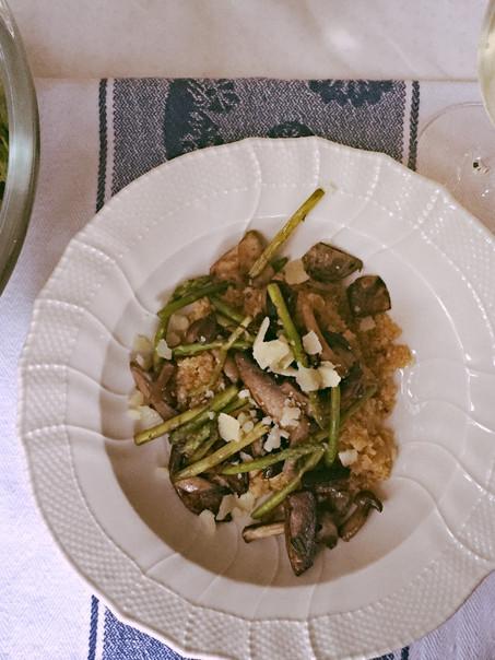 Quinoa risotto met een paddestoelen melange, groene asperges en een frisse salade uit de moestuin.