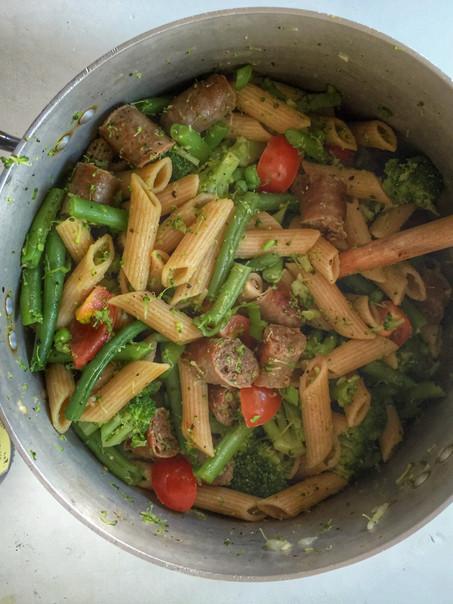 Spelt pastasalade met chipolata worstjes, groene groenten en een arrabbiata pesto