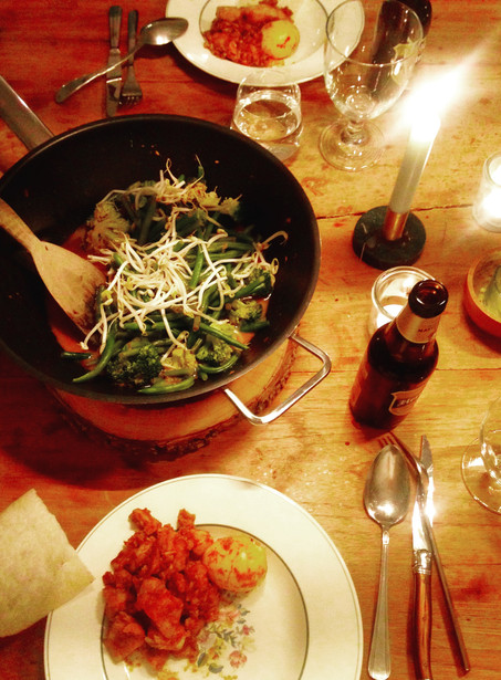 Simpele Indonesische rijsttafel met homemade sajoer boontjes