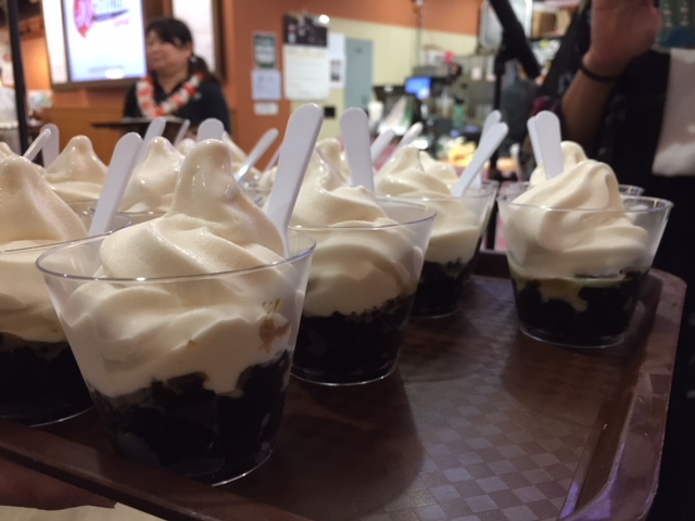 マウイ産バニラソフトクリームの乗ったコナコーヒー100%のコーヒーゼリー