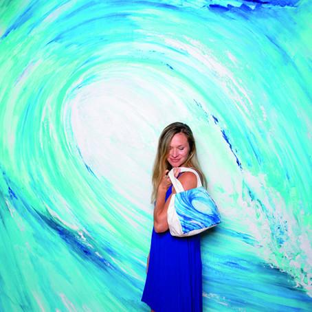 海を描くローカルアーティスト、 リアナ・ウォルフのウォールアートが完成!