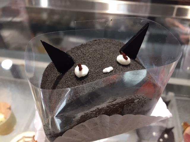 ハロウィーンまでの限定ケーキ。黒いのはチョコレート!