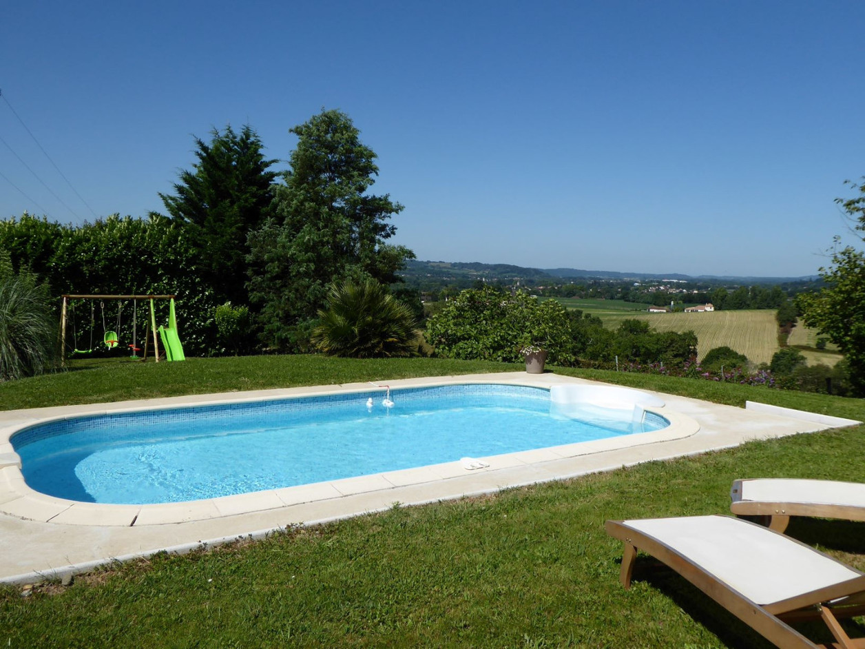piscine et jeux au gite etchola