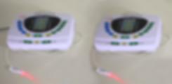 """Der TCM-Therapeut versucht, Blockaden des """"Qi"""" durch das gezielte behandeln durch Laserlicht auf bestimmten Akupunkturpunkten zu beseitigen."""