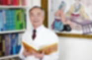 Herr Wenhua Zhang ist spezialisiert auf die erfolgreiche Behandlung von vielen Krankheiten mit der TCM Methode und verfügt über eine mehr als 35 jährige Berufserfahrung.