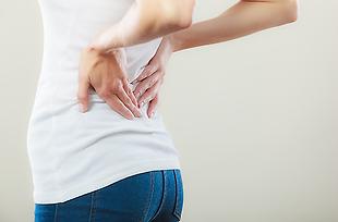Viele Männer und Frauen haben mindestens einmal im Jahr Rückenschmerzen.