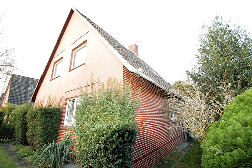 Solides Zweifamilienhaus mit Feldblick auf großem Grundstück