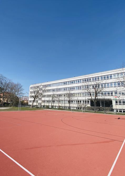 Schulgebäude und Sportplatz