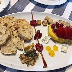 Micuit de foie casolà amb pera i poma a l'aroma de Gewurztraminer.