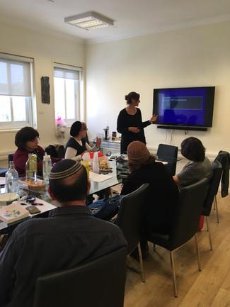 דר' אלכסנדרה קליין רפאלי מעבירה הכשרה למטפלים בירושלים