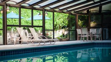 Área de piscina com cadeiras no hotel Casa da Montanha em Gramado