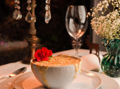 Aprenda a receita da deliciosa sopa de cebola gratinada do La Caceria. É de dar água na boca!