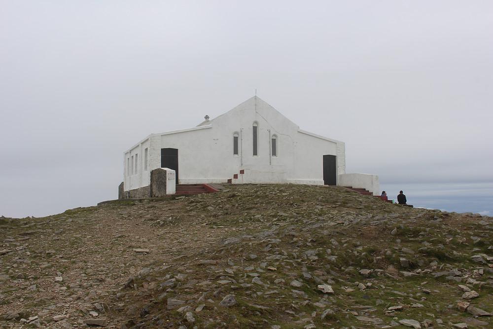 No topo da Croagh Patrick Mountain - capela