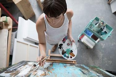 Frau beim Malen