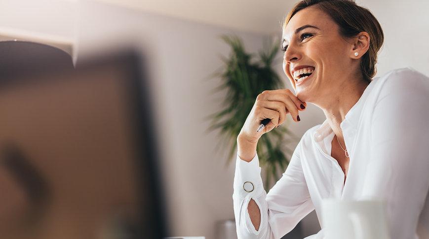 Lächelnde Frau bei Bewerbungsgespräch