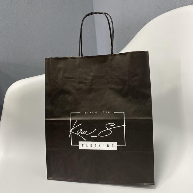 Черный крафт пакет с печатью логотипа для компании