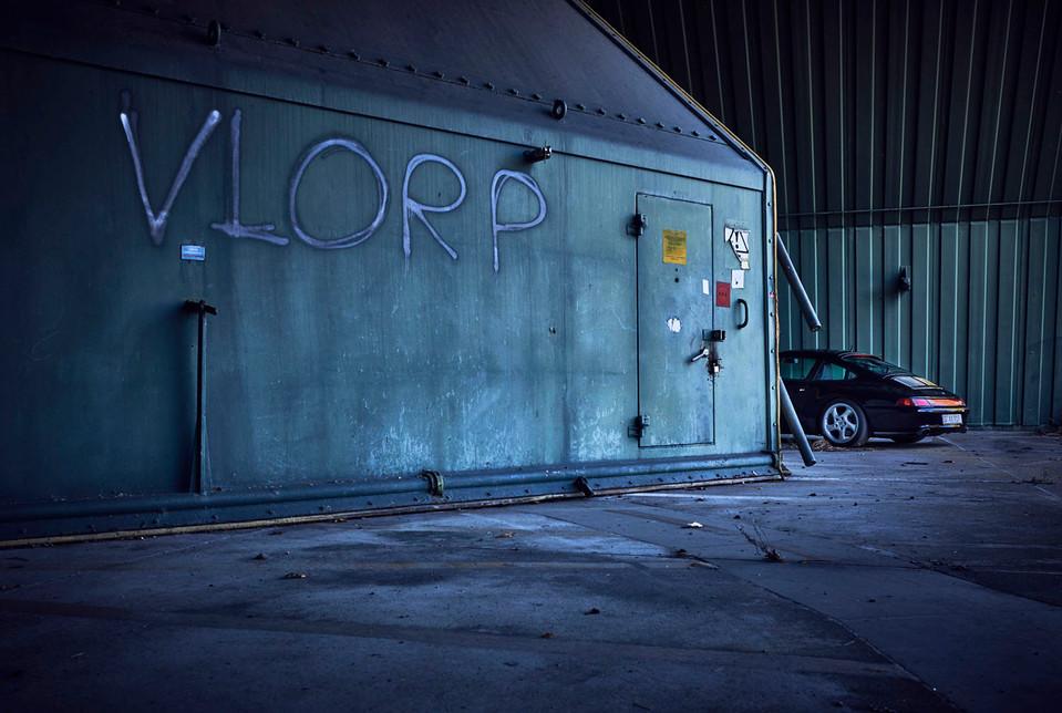 porsche-993-airport-architecture-concrete-sun-copyright-haegele-automotive-transportation-auto-car-photography-photographer-advertising-germany-deutschland-fotograf